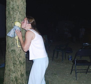 Kissingbehindtree